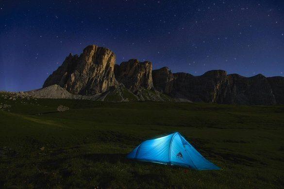 """Namiot to nieodłączny element ekwipunku podróżników oraz turystów, którzy lubią spędzać noc """"w terenie""""."""
