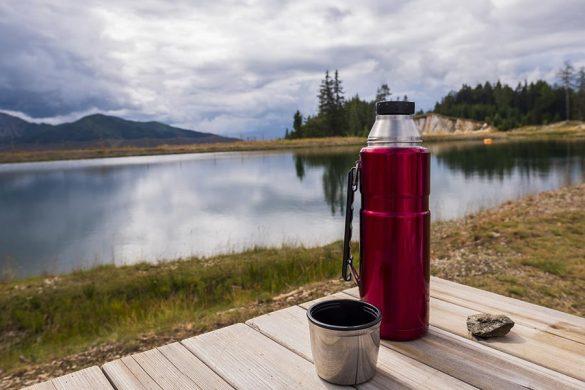 Termos pozwala nam utrzymać zimną lub ciepłą temperaturę napojów i jedzenia nawet w niesprzyjających warunkach.