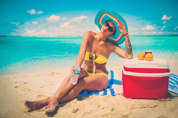 Lodówka turystyczna idealnie sprawdzi się na plaży, podczas biwakowania oraz pikników.