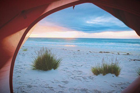 Koniec z obudowywaniem się parawanami - rozważ zakup namiotu plażowego!