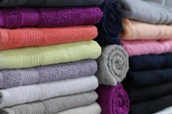 Ręcznik szybkoschnący idealnie sprawdzi się podczas wypadów pod namiot, plażowania albo wyjścia na basen.